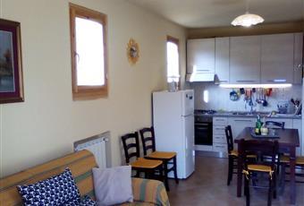 Cucina con lavatrice, forno elettrico, 4 fuochi a gas, frigo + surgelatore, tavolo a 6 posti allungabile, divano letto 2+1 e poltrona letto singola. Toscana PT Cutigliano