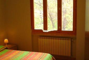 Camera con letto in doghe e con contenitore. Armadio a 4 ante con vari ripiani Toscana PT Cutigliano