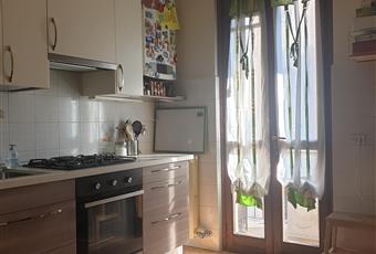 Cucina abitabile, spaziosa e ben illuminata. Accesso sul balcone. Arredata Lombardia MI Trezzo sull'Adda