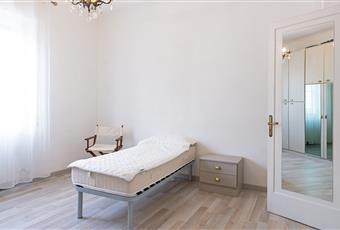 Camera da letto luminosa, con soffitto alto e vista sui giardini Liguria IM Sanremo