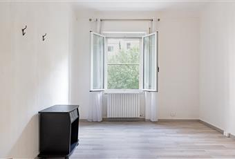 Camera da letto con pavimento in parquet. La stanza è molto luminosa  Liguria IM Sanremo