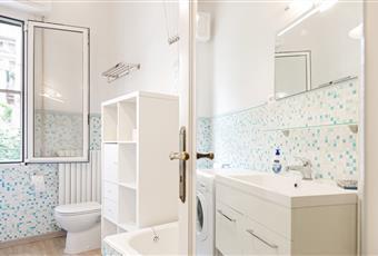 Bagno piastrellato con finestra e vasca da bagno Liguria IM Sanremo