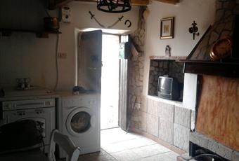 Il salone è con camino, il salone è con travi a vista, il pavimento è piastrellato, luminoso Lazio RM Roma