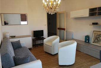 Il salone è luminoso, il pavimento è di parquet. Accesso a terrazzo mare e terrazzo monti Liguria IM Sanremo