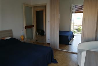 La camera è luminosa, matrimoniale, il pavimento è di parquet. Accesso terrazzo vista mare Liguria IM Sanremo