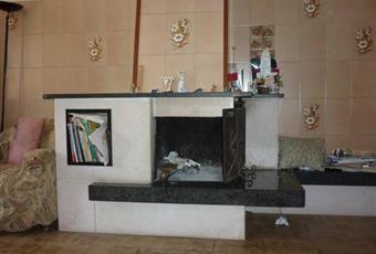 Il pavimento è piastrellato, il pavimento è di parquet, il salone è con camino Campania AV Montecalvo Irpino