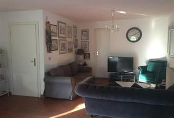 Il pavimento è piastrellato, il pavimento è di parquet, il salone è con camino, il salone è luminoso Lazio RM Palombara Sabina