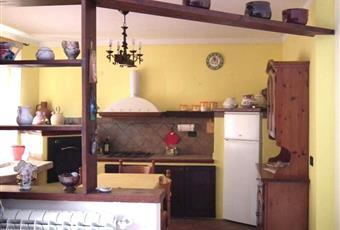 La cucina è con travi a vista, il pavimento è piastrellato Piemonte AL Borghetto di Borbera