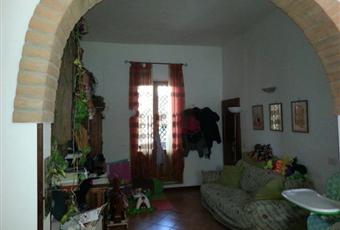 Il pavimento è piastrellato, il salone è con camino, luminoso Toscana SI Rapolano Terme