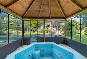 Giardino privato con piscina esterna e vasca idrommassaggio coperta Friuli-Venezia Giulia PN Pordenone