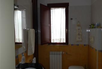 Il bagno è luminoso, il pavimento è piastrellato. Munito di vasca da bagno, mobiletto incassato e soppalco in legno. Campania AV Aiello del sabato