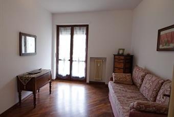 Camera studio con divano a due posti letto. La stanza permette la posizione di ampio tavolo. La finestra è rivolta sul terrazzo a sud/est. Il pavimento è di parquet Piemonte TO Torino