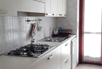 La cucina è abitabile, completamente arredata da alti mobili componibili, piano cottura a gas, ventola di aereazione, forno elettrico, lavastoviglie, frigo con congelatore. Il pavimento è piastrellato. Piemonte TO Torino