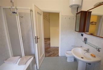 Bagno principale con vasca e box doccia. Scalda acqua elettrico. Piemonte TO Torino