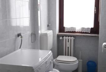 Secondo bagno con sanitari completi, box doccia, lavatrice, stendi biancheria, boiler elettrico.  Il pavimento è piastrellato Piemonte TO Torino