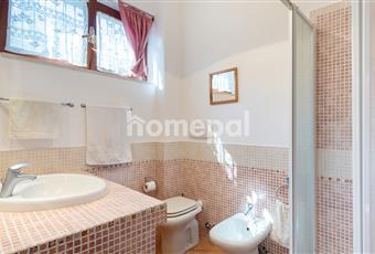 Bagno piastrellato con doccia e finestra Sicilia ME Limina