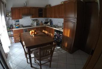 Il pavimento è piastrellato, la cucina è con cucina a isola Veneto RO Polesella