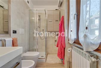 Bagno piastrellato con doccia e finestra. Termoventilatore ceramico telecomandato. Lombardia BG Serina