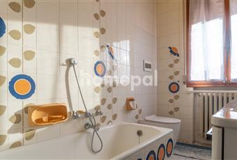 Bagno piastrellato con vasca e finestra Emilia-Romagna MO Camposanto