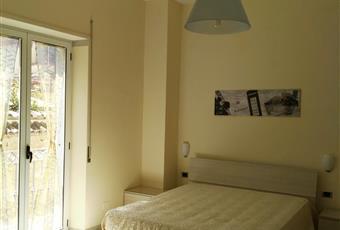 Il salone è con camino, il salone è con mattoni a vista, il pavimento è piastrellato, luminoso Campania CE Marcianise