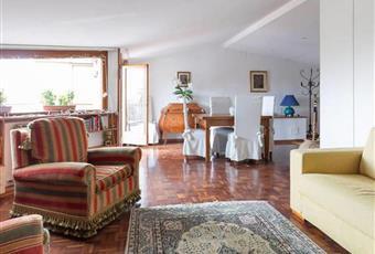 Il salone è con ampio, il pavimento è di parquet, luminoso Umbria PG Perugia