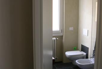 Il bagno è luminoso, il pavimento è piastrellato Lombardia BS Ospitaletto