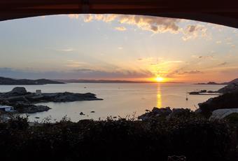 Vista stupenda sul mare, dal salone si accede alla veranda esterna attrezzata con tavolo in pietra lavica, zona living e relax. Sardegna OT La Maddalena