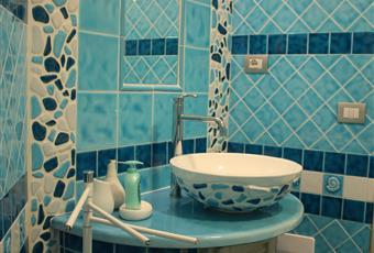 Tutte le rifiniture del bagno sono state personalizzate con lavabi, docce e piastrelle delle collezioni top di Cerasarda. Sardegna OT La Maddalena