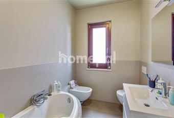 Bagno piastrellato con vasca e finestra Abruzzo TE Giulianova