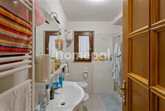 Bagno piastrellato con doccia e finestra Abruzzo TE Giulianova