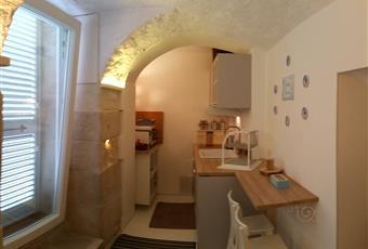 La cucina è luminosa, il pavimento è di parquet Puglia BT Trani