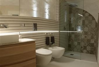 Ampio bagno, doccia grande a pavimento, lavatrice a scomparsa, termoarredo, luci a led Puglia BT Trani