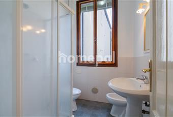 Bagno piastrellato con doccia e finestra Veneto RO Adria