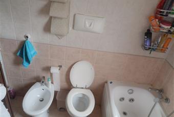 Il pavimento è piastrellato, il bagno è luminoso Lazio RM Capena