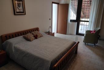 Camera da letto situata al primo piano, molto luminosa, con accesso a un terrazzo. Piemonte AL Casal Cermelli