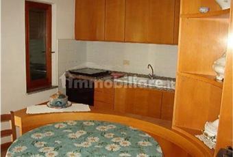 La cucina è abitabile, molto luminosa e presenta una finestra ed una porta finestra che ti permette di accedere al balcone (vista mare).  L'immobile si vende non ammobiliato Toscana LI Campo nell'Elba