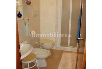 Il bagno è finestrato ed è dotato di doccia Toscana LI Campo nell'Elba