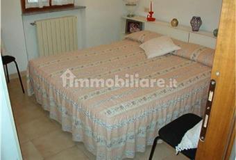 Le camere da letto sono 3 di cui due matrimoniali ed una doppia. Sono tutte dotate di finestre, tutte molto fresche d'estate e calde d'inverno  (l'immobile si vende non ammobiliato) Toscana LI Campo nell'Elba