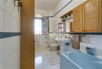 Bagno piastrellato con vasca, idromassaggio e finestra Campania NA Piano di Sorrento