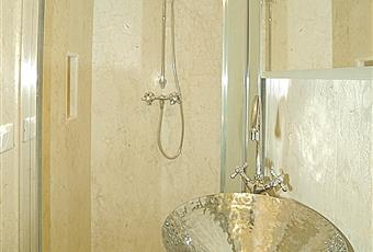 Il pavimento è piastrellato, il bagno è luminoso Puglia BR Ostuni