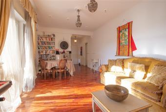 Il salone è con porta finestra, il pavimento è di parquet, luminoso abbiamo 6 anache per fare esercizi essendo stato il primo edificio in italia a fare eco-logia dello sport e dello spirito in amaca Lazio RM Roma