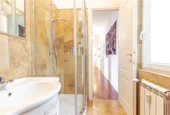 Il bagno è con mobili dipinti  a mano  il bagno è con doccia angolare tonda di cristallo le rifiniure sono in marmo di carrara giallino  Lazio RM Roma