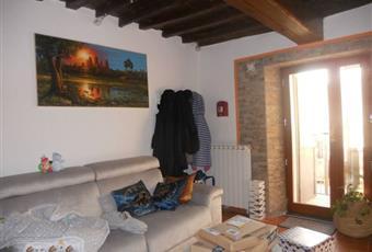 Il salone è con travi a vista, porta finestra Toscana PO Carmignano