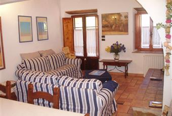 Salotto di Mary1- grande camino,travi a vista,pavimenti in gres, luminoso e accogliente , il pavimento è di parquet, il salone è con travi a vista, il salone è luminoso, soffitto a volta, il pavimento è piastrellato Toscana LU Massarosa