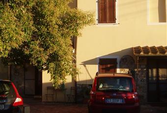 spazio esterno di Mary1: giardino su tre lati, posto auto, piccolo magazzino con bagno e doccia, forno in muratura(foto 5); completa privacy e tranquillità Toscana LU Massarosa