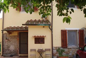 Mary1: vicino all'ingresso della cucina c'è la lavanderia con caldaia della casa (nuova), è la piccola finestra sopra le seggioline Toscana LU Massarosa