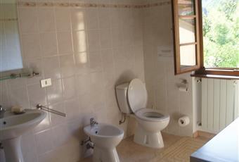 Mary2: foto 1 e 2: bagno al secondo piano,molto grande, adiacente alla camera da letto foto 3 e 4: piano terra, rivestimento in marmo Toscana LU Massarosa