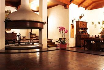Il salone è con soffitto alto, il salone è con camino, soffitto a volta, il pavimento è di parquet, travi a vista, il pavimento è piastrellato Piemonte AL Cuccaro Monferrato