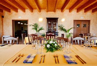 Saletta principale circa 60 mq Sala bar circa 30 mq Sala pizzeria circa 25 mq 2 salette prive circa 70 mq Cucina Professionale Zanussi  circa 25 mq Depositi circa 50 mq Campania AV Montemarano