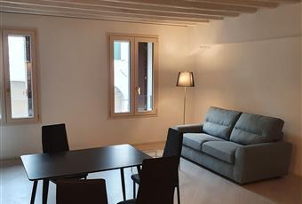 Il pavimento è di parquet, il salone è con travi a vista, il salone è luminoso, Arredato Veneto PD Padova